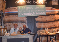 Odenwald toont onder andere hun meest recente product bananabread. V.l.n.r.: Dico Jansen, Martine van Drie, Michael Fase.